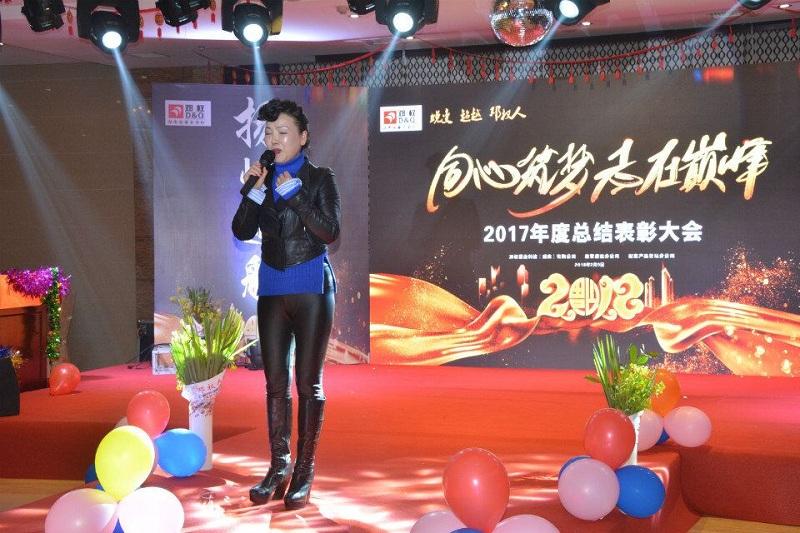 著名高音歌唱家刘影女士在娱乐世界平台手机app年会表演